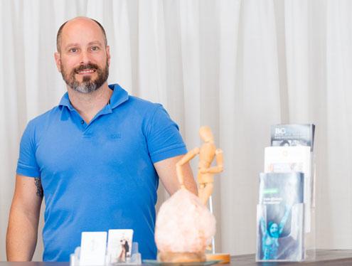 Physiotherapeut Michael von Hunnius Portrait in seiner Praxis
